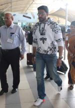 Abhishek Bachchan snapped at airport in Mumbai on 13th Dec 2015 (5)_566e79fe9284a.JPG