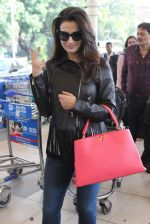 Ameesha Patel snapped at airport on 14th Dec 2015 (25)_566fd35247fde.JPG