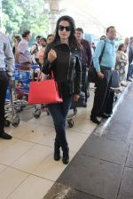 Ameesha Patel snapped at airport on 14th Dec 2015 (28)_566fd353ef7d7.JPG