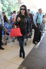 Ameesha Patel snapped at airport on 14th Dec 2015 (29)_566fd354a173d.JPG