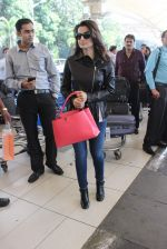 Ameesha Patel snapped at airport on 14th Dec 2015 (33)_566fd35706b12.JPG