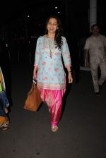 Juhi Chawla snapped at airport on 14th Dec 2015 (7)_566fd381bceff.JPG
