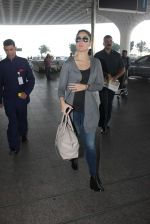 Kareena Kapoor snapped at Airport on 15th Dec 2015