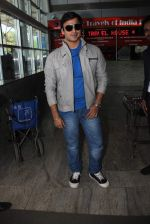 Vivek Oberoi snapped at airport on 16th Dec 2015 (28)_567269d95bab7.JPG