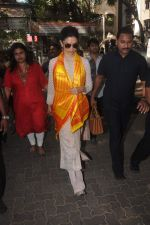 Deepika Padukone visit Siddhivinayak temple on 17th Dec 2015