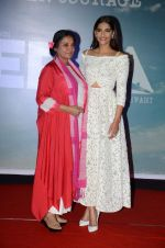 Sonam Kapoor, Shabana Azmi at Neerja film launch in Mumbai on 17th Dec 2015 (99)_56739e1314ff3.JPG