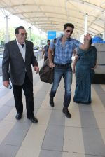 Dharmendra snapped at airport on 18th Dec 2015 (24)_56755592c5880.JPG