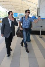 Dharmendra snapped at airport on 18th Dec 2015 (26)_56755594227e1.JPG