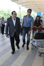 Dharmendra snapped at airport on 18th Dec 2015 (27)_56755594bf39b.JPG