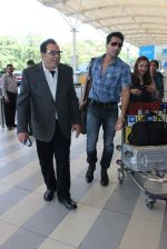 Dharmendra snapped at airport on 18th Dec 2015 (28)_567555956c869.JPG