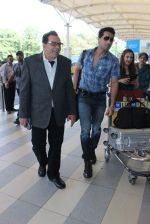 Dharmendra snapped at airport on 18th Dec 2015 (29)_5675559638514.JPG