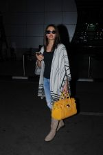 Surveen chawla snapped at airport on 19th Dec 2015 (5)_567695999bb40.JPG