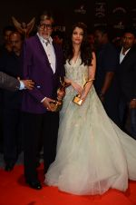 Aishwarya Rai Bachchan, Amitabh Bachchan at the red carpet of Stardust awards on 21st Dec 2015 (1393)_567941ebb4013.JPG
