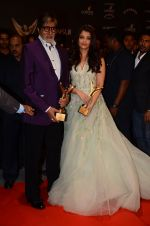 Aishwarya Rai Bachchan, Amitabh Bachchan at the red carpet of Stardust awards on 21st Dec 2015 (1395)_567941ed36702.JPG