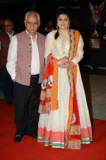 Kiran Juneja, Ramesh Sippy at the red carpet of Stardust awards on 21st Dec 2015 (953)_567952a92eab0.JPG