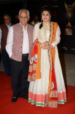 Kiran Juneja, Ramesh Sippy at the red carpet of Stardust awards on 21st Dec 2015