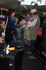 Mira Rajput snapped at airport on 21st Dec 2015 (18)_56793bab06adb.JPG