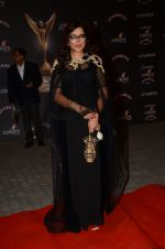 Zeenat Aman at the red carpet of Stardust awards on 21st Dec 2015 (807)_567940d875af9.JPG