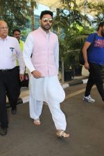 Abhishek Bachchan snapped at airport on 22nd Dec 2015 (20)_567a5320386e7.JPG