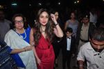 Kareena Kapoor, Karisma Kapoor, Babita Visit St. Marry Church For Christmas Eve on 25th Dec 2015 (51)_567cf9b52f37e.JPG