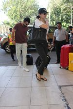 Anushka Sharma, Virat Kohli snapped at Airport on 27th Dec 2015 (70)_56811004167af.JPG