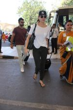 Anushka Sharma, Virat Kohli snapped at Airport on 27th Dec 2015 (73)_5681104608b75.JPG
