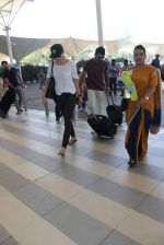 Anushka Sharma, Virat Kohli snapped at Airport on 27th Dec 2015 (75)_5681104730306.JPG