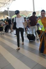 Anushka Sharma, Virat Kohli snapped at Airport on 27th Dec 2015 (77)_56811048192e2.JPG