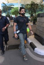 Farhan Akhtar snapped at Airport on 27th Dec 2015 (11)_5681105201448.JPG