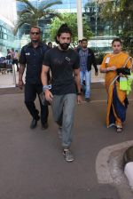Farhan Akhtar snapped at Airport on 27th Dec 2015 (7)_5681104ed6ffd.JPG