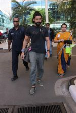 Farhan Akhtar snapped at Airport on 27th Dec 2015 (8)_5681104f93e47.JPG