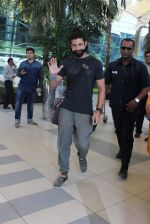 Farhan Akhtar snapped at Airport on 27th Dec 2015 (4)_5681104c6f507.JPG