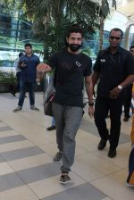 Farhan Akhtar snapped at Airport on 27th Dec 2015 (5)_5681104d2b046.JPG