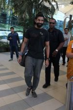 Farhan Akhtar snapped at Airport on 27th Dec 2015 (6)_5681104e09b10.JPG