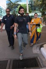 Farhan Akhtar snapped at Airport on 27th Dec 2015 (9)_5681105063da4.JPG
