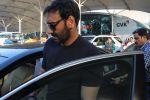 Ajay Devgan snapped at Airport on 28th Dec 2015 (31)_56822eed0c323.JPG