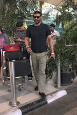 Ajay Devgan snapped at Airport on 28th Dec 2015 (32)_56822eee72fa1.JPG