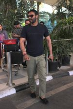Ajay Devgan snapped at Airport on 28th Dec 2015 (33)_56822eef30c3f.JPG