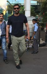 Ajay Devgan snapped at Airport on 28th Dec 2015 (35)_56822ef133c19.JPG