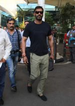 Ajay Devgan snapped at Airport on 28th Dec 2015 (37)_56822ef2d4763.JPG