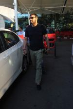 Ajay Devgan snapped at Airport on 28th Dec 2015 (38)_56822ef38ea34.JPG