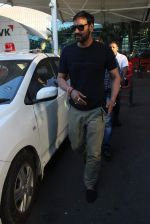 Ajay Devgan snapped at Airport on 28th Dec 2015 (40)_56822ef586c5a.JPG