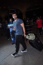 Arjun Kapoor leaves for New Year_s on 28th Dec 2015 (11)_56823fcd28e3f.JPG