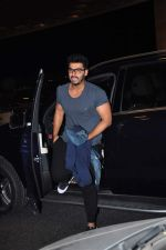 Arjun Kapoor leaves for New Year_s on 28th Dec 2015 (3)_56823fc7bb195.JPG