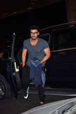 Arjun Kapoor leaves for New Year_s on 28th Dec 2015 (4)_56823fc863c35.JPG