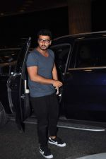 Arjun Kapoor leaves for New Year_s on 28th Dec 2015 (5)_56823fc90c8de.JPG