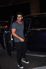 Arjun Kapoor leaves for New Year_s on 28th Dec 2015 (6)_56823fc9a94e7.JPG
