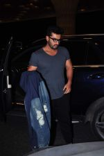 Arjun Kapoor leaves for New Year_s on 28th Dec 2015 (7)_56823fca52141.JPG