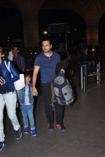 Emraan Hashmi leaves for New Year_s on 28th Dec 2015 (28)_56822f98b15fd.JPG