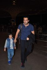 Emraan Hashmi leaves for New Year_s on 28th Dec 2015 (36)_56822f9d27ca8.JPG
